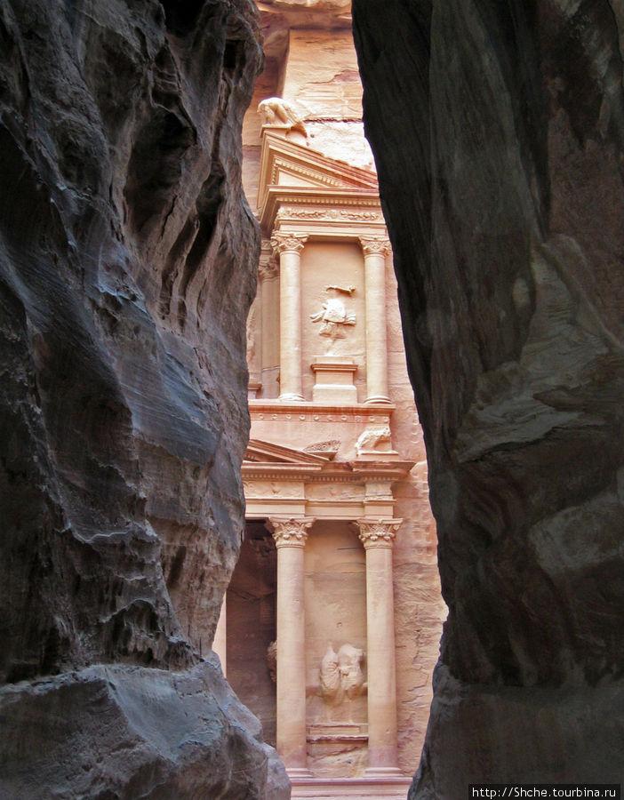 И вот, и вправду неожиданно, показался храм, вырезанный в скале (см. фото 1) Петра, Иордания