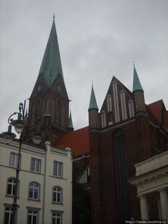 Собор спрятался за другими постройками
