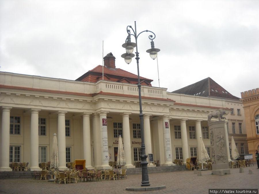 Одно из современных зданий на площади