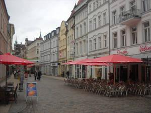 Уличные кафе пустуют из-за плохой погоды