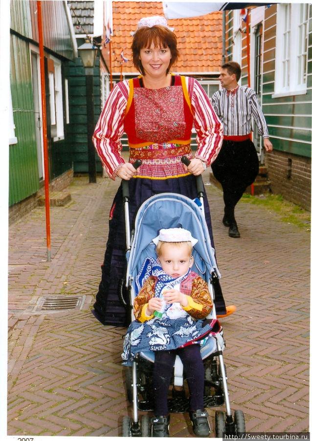 Местная жительница с сыном
