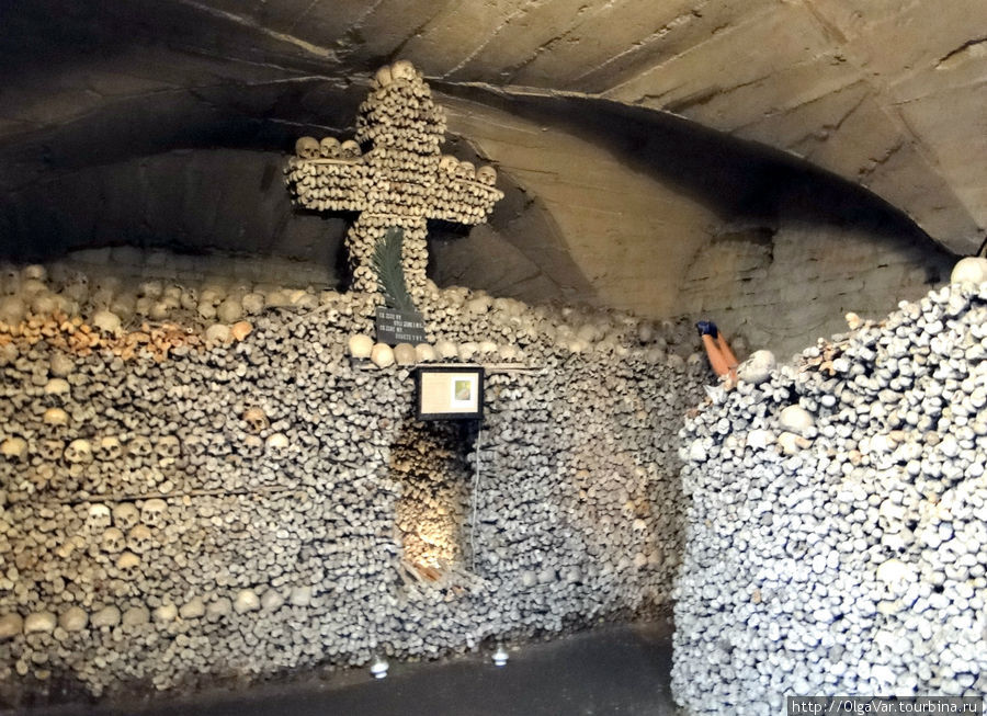 По сути это гробница, сверху донизу заполненная человеческими останками