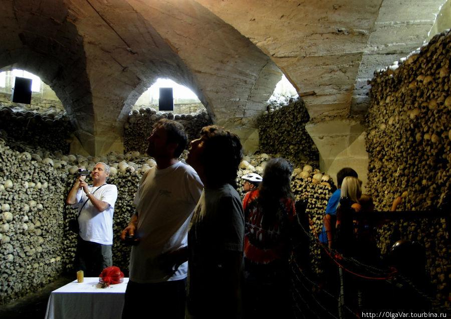 Немногочисленные посетители молча разглядывают человеческие останки. Наверняка, их тоже посещают философские мысли
