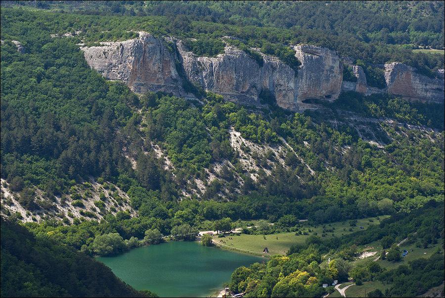 А далеко внизу видно Девичье озеро и скалы Чишма-Кая.