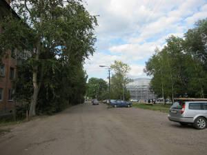 Молодогвардейская улица (вид в сторону железнодорожной станции). Справа виднеется Чудовский надземный переход, о котором — чуть позже