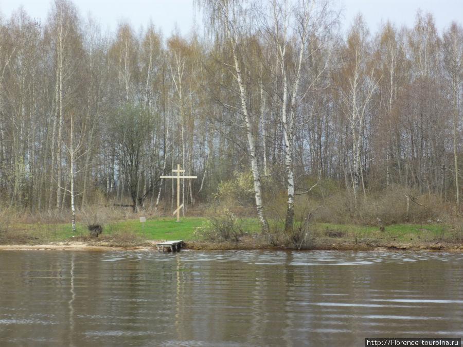 Крест на том месте, где был Макарьевский монастырь (остался небольшой остров)