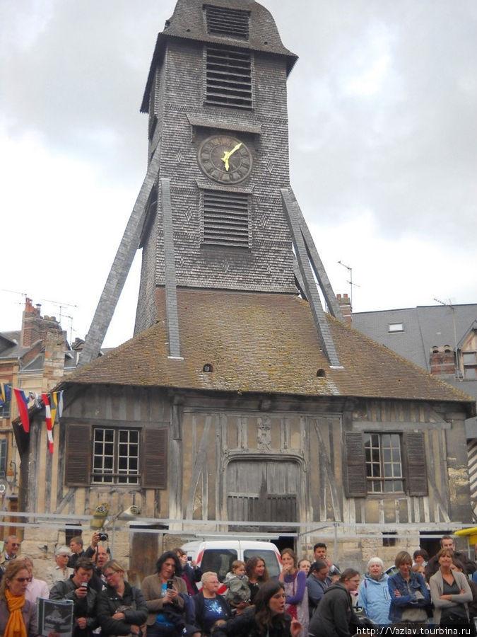 Отдельно стоящая колокольня; внизу видны горожане, собравшиеся к церкви на празднование