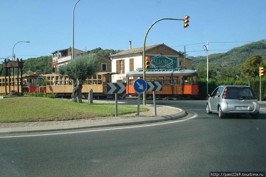 ораньжевый экспресс раньше возил апельсины в порт, теперь людей Порт-де-Соллер, остров Майорка, Испания