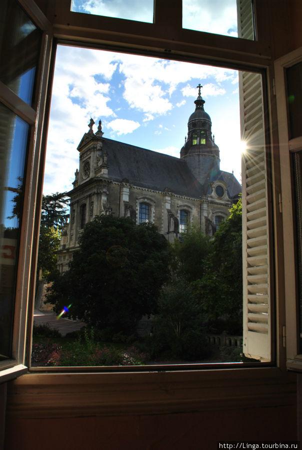 В номере, разумеется, нет кондиционера, но зато есть деревянные ставни-жалюзи, которые можно изнутри закрыть на крючок. Кстати, ставни не во всех номерах, в основном  — в отеле французские окна с маленьким балкончиком.