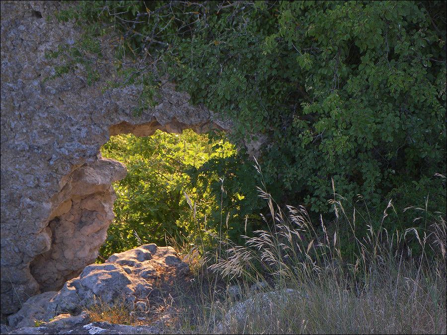 Пробоина-калитка в оборонительной стене