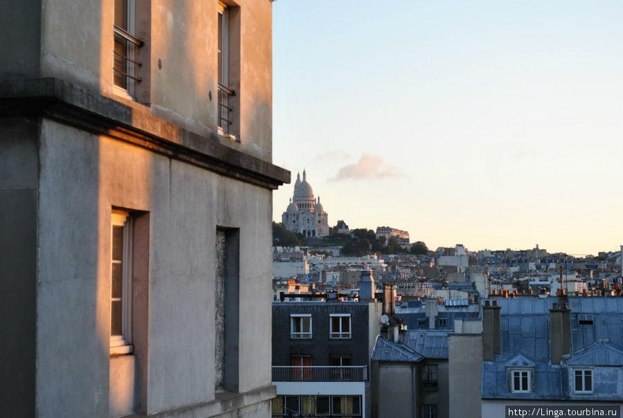 Вид из окна отеля — на базилику Сакре-Кёр.