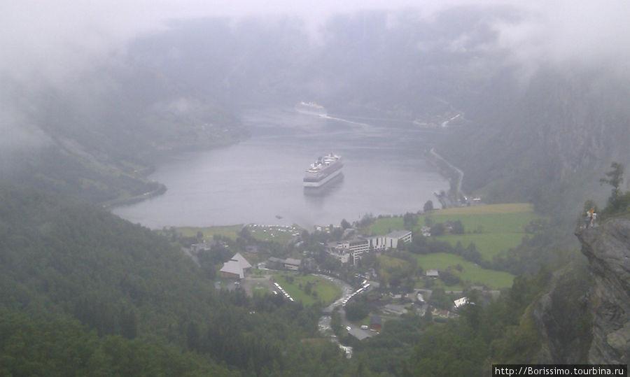 Фьорд Гейрангер кутается в туман, как в фату...