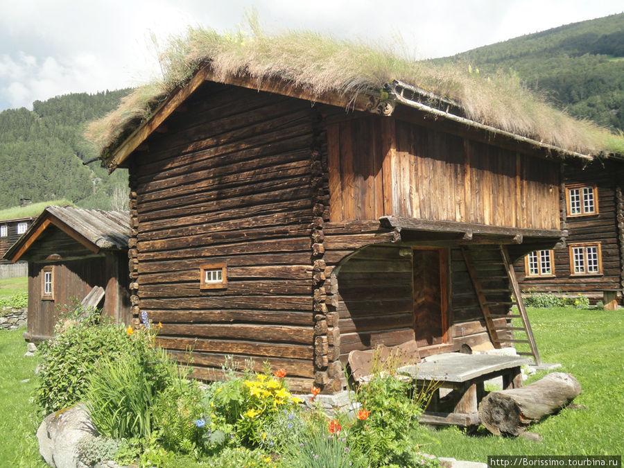 Тролле-домик с тролле-крышей. Это старинная норвежская технология, при которой на крышу укладывали дёрн. Норвежцы бережно её сохранили и очень часто применяют даже в современных зданиях. Иногда на крыше можно увидеть целую березку!