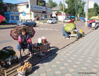 Спонтанный рынок в Дивногорске рядом с автостанцией.