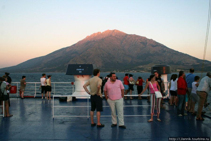 Подплывая к острове гора кажется все выше и выше. Самая высокая точка острова 1611м.