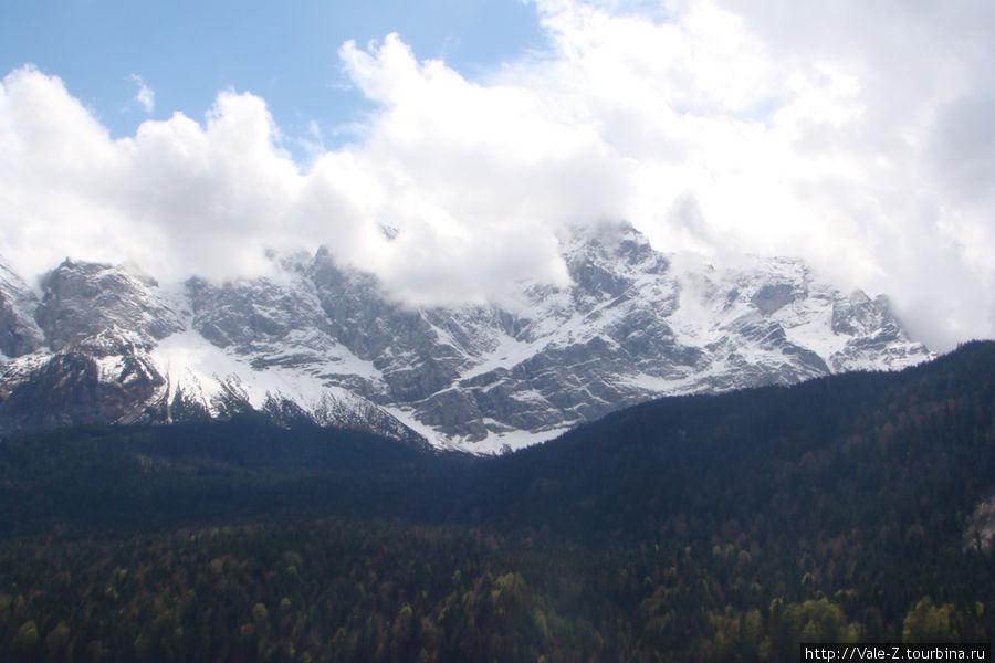 наверху — снег и ничего не видно, а внизу лишь местами облачно