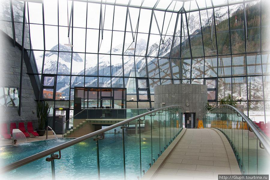 Стены сделаны из стекла, поэтому красота окружающих гор видна отовсюду.