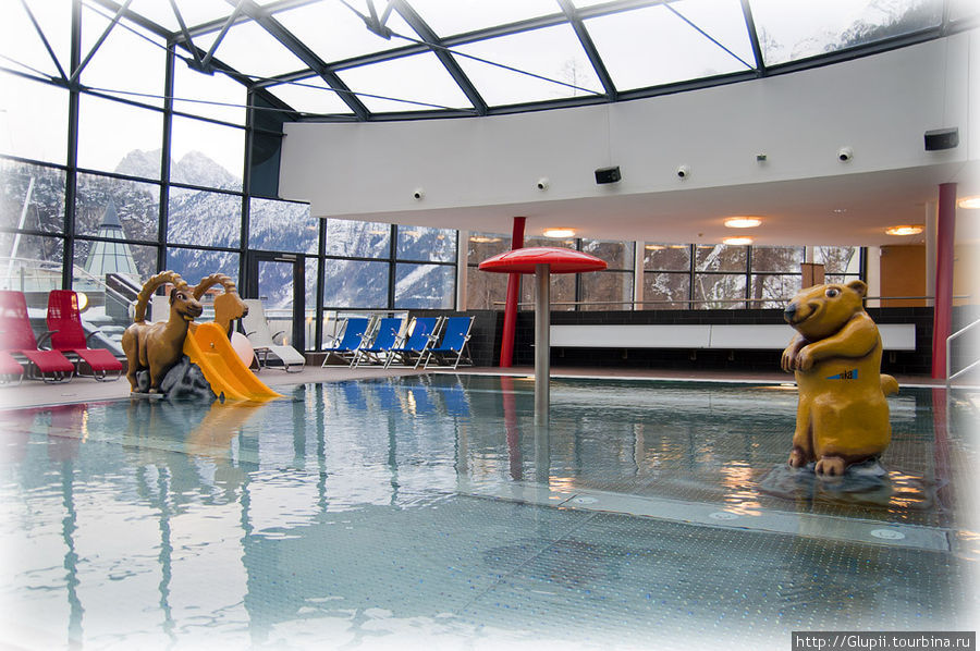 Детский бассейн, еще имеется и большая горка, на которой могут прокатиться и взрослые.