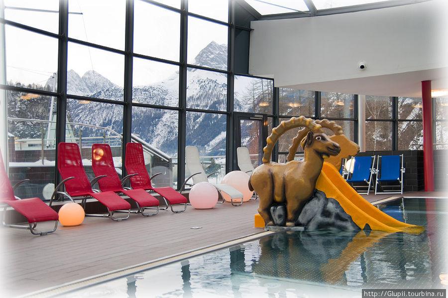 Детский бассейн очень удобно расположен в дальней части отеля, поэтому дети не мешают взрослым постояльцам.