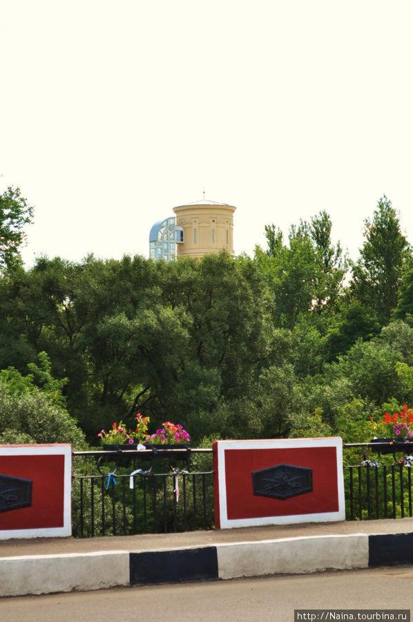 Водонапорную башню мы увидели, еще переходя Красный мост через реку Полоту.