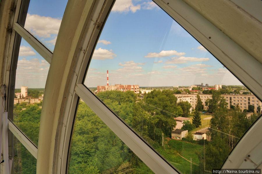 Вниз с 4 этажа ведет внешняя стеклянная лестница, с которой открывается панорамный вид на Полоцк.