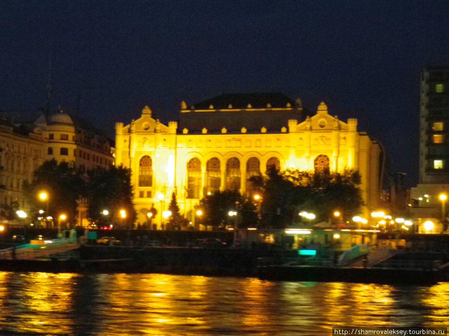 Ночная подсветка города, концертный зал