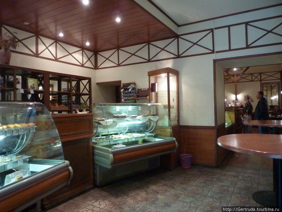 Внутри кафе, вход в обеденный зал