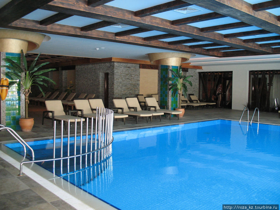 крытый бассейн и двери в комнаты со всевозможные спа-процедурами