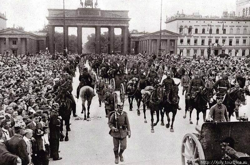 Германская артиллерия проходит через Бранденбургские ворота, 1914.
