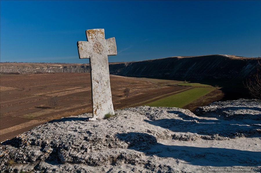 Крест у монастыря