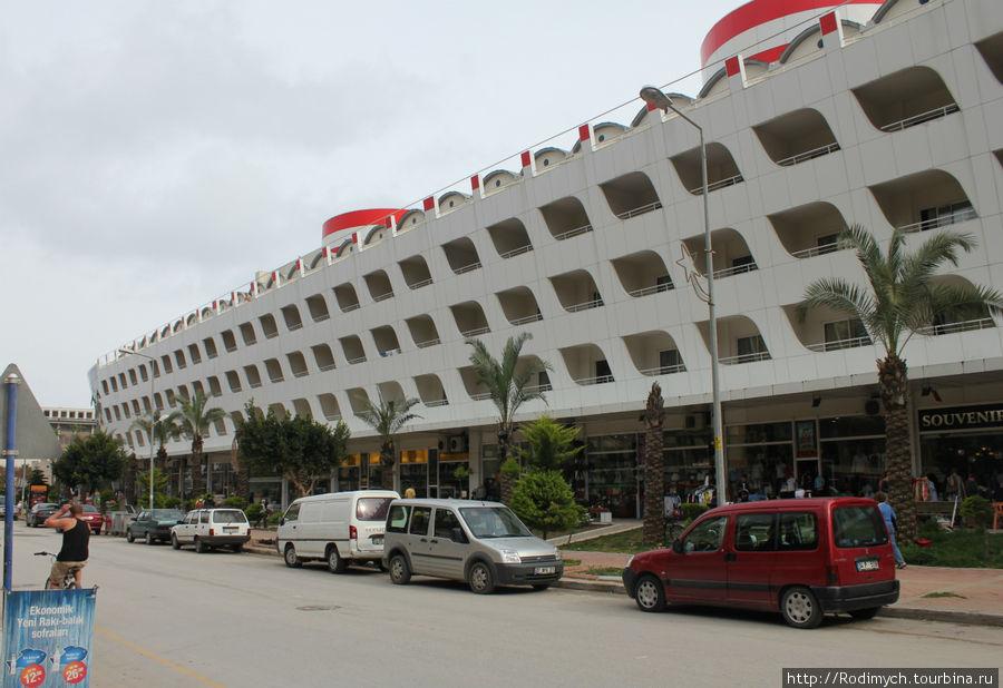 Отель со стороны улицы, ведущей в Гейнюк