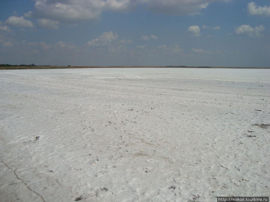 Это не зимний пейзаж. Это озеро. Правда, вместо воды-соль.