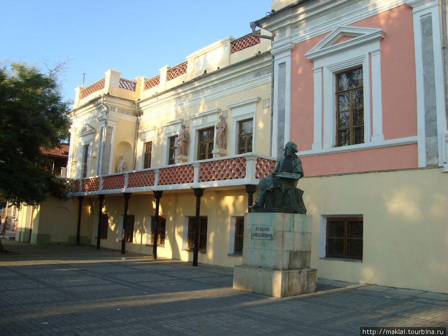 Картинная галерея и памятник И.Айвазовскому.