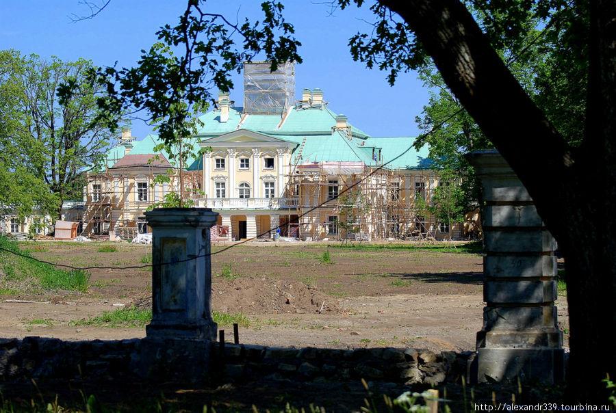 Вид на Большой дворец со стороны парка