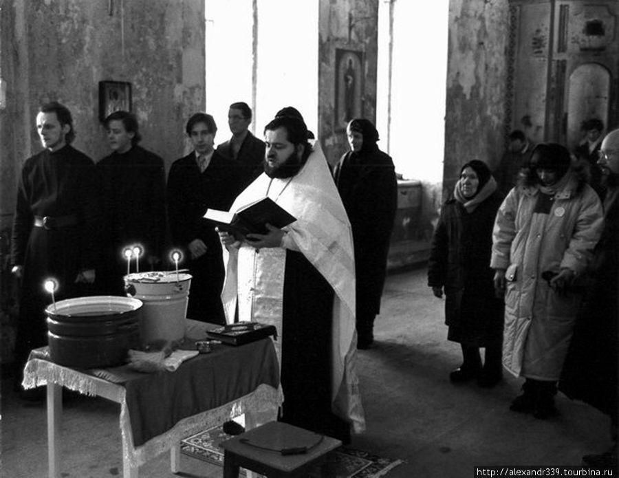 Первая служба в возрожденном монастыре (фото начала 1990-х)