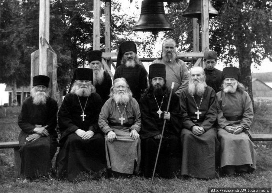 Старая братия Коневского монастыря (фото начала XX века)