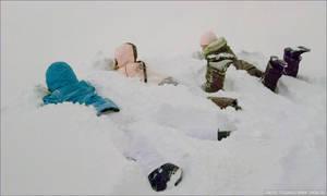 А это около подъемников, слой снега был такой большой что кресла были засыпаны до самого вверха и их не было видно. Сильно мело, поэтому я не сфотографировал, зато вот вам фотография девченок в снегу :)