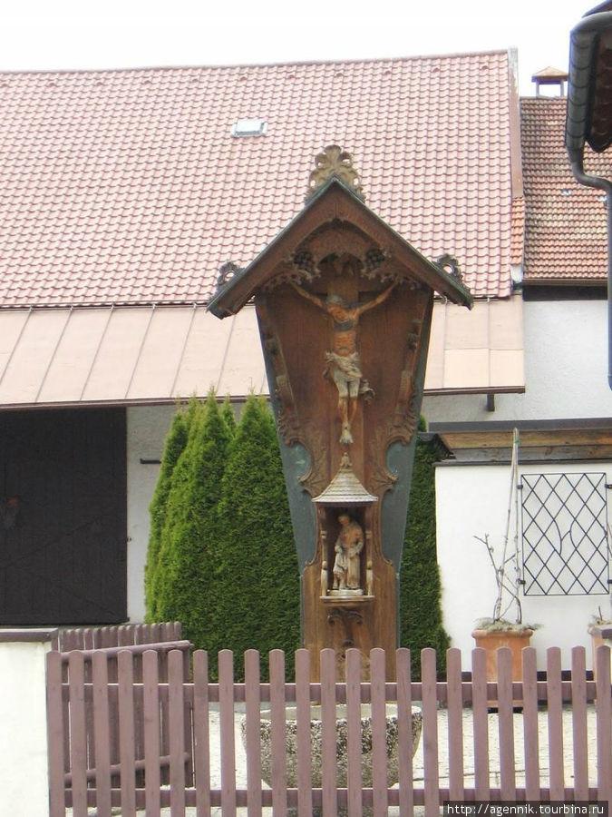 Поклонный крест в старом городе — Бавария все-таки очень католическая часть Германии.