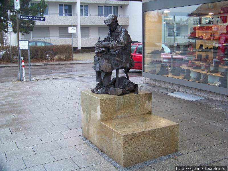 Памятник сапожнику возле обувного магазина Фельцмана на Мюнхенерштрассе