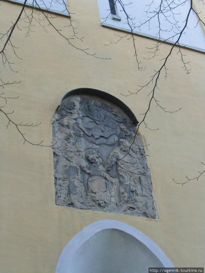 Барельеф над главным входом