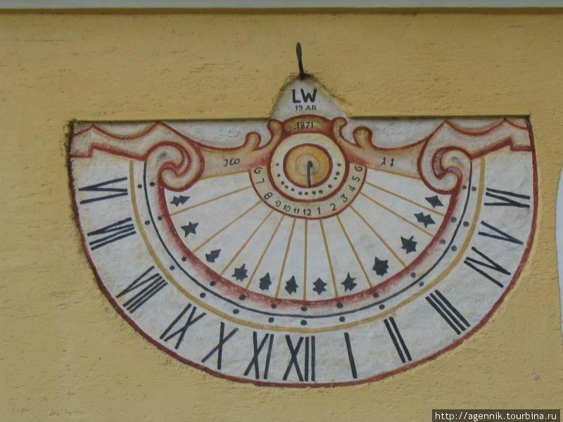Солнечные часы на стене храма