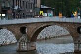 Около этого моста Гаврила Принцип убил эрцгерцога Франца Фердинанда