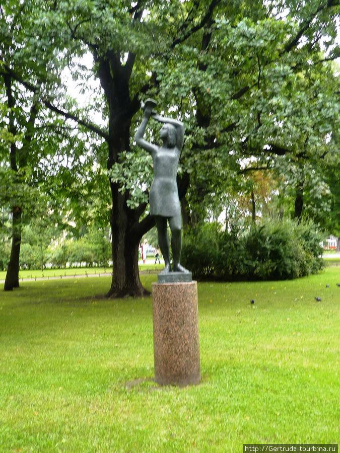 В Александровском парке немало подобных скульптур
