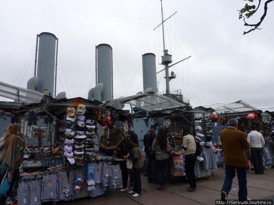 Многочисленные палатки с  сувенирами совсем заслонили корабль