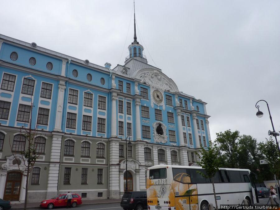 Здание Нахимовского училища напротив