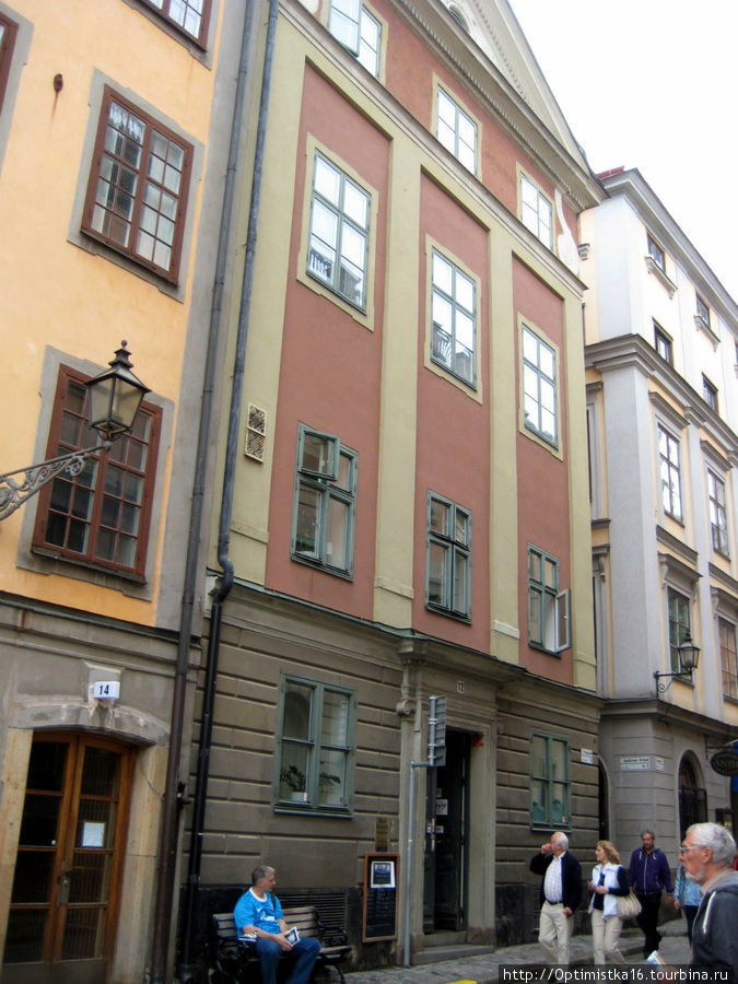 Хостель занимает здание 17 века в самом центре Гамла стана.