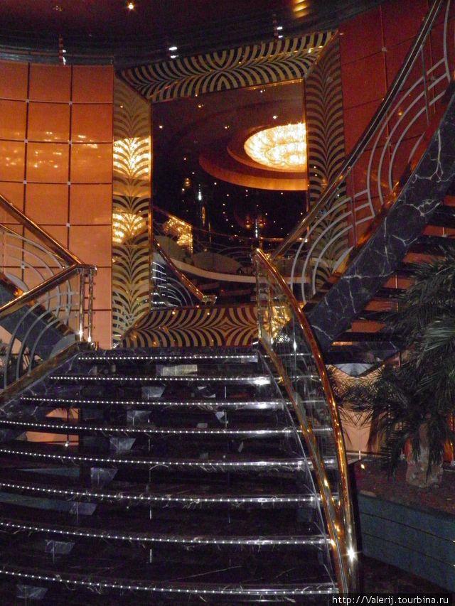Одна из парадных лестниц