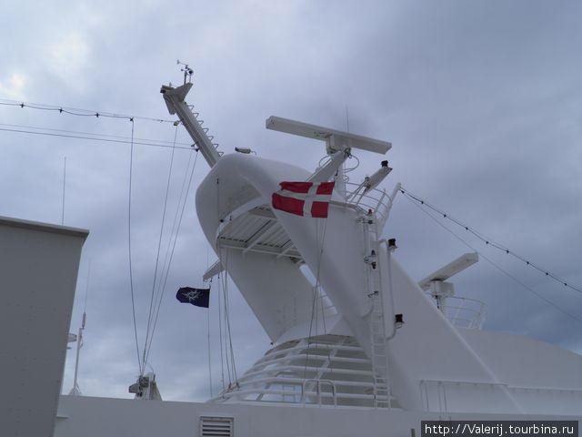 В каждом порту на флагштоке появлялся флаг страны пребывания.
