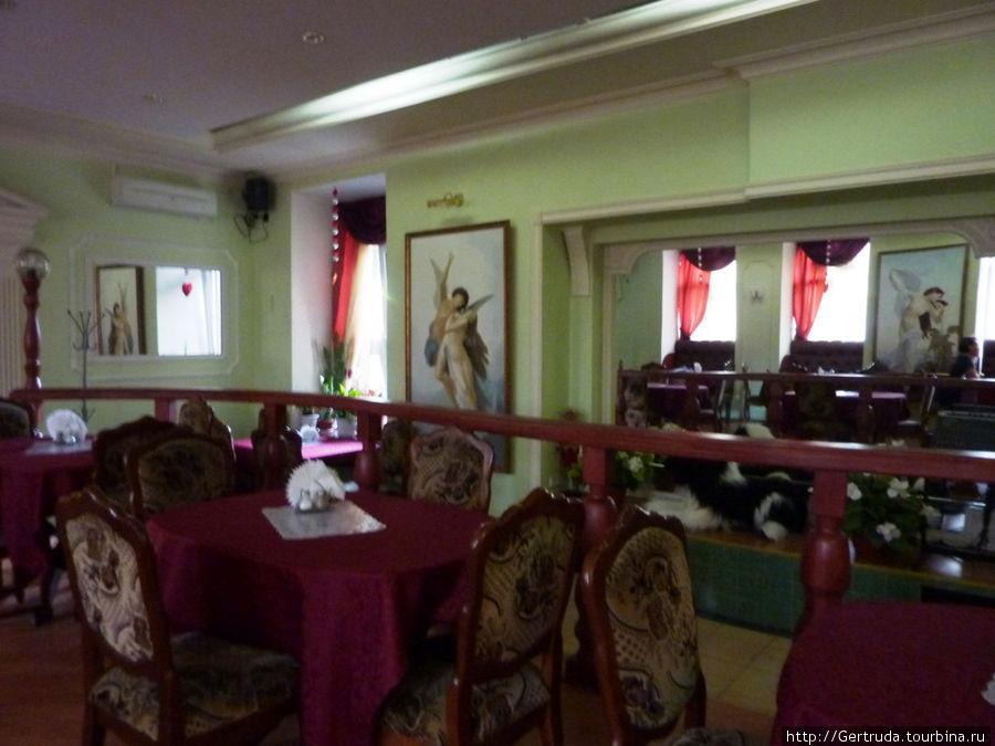 Вид зала в кафе.