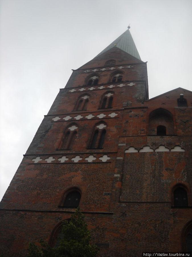 Одна из двух церковных колоколен